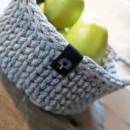 koszyk ze sznurka z uszami ręcznie dziergany
